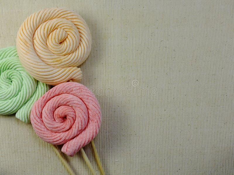 五颜六色的漩涡mashmellow甜糖果有空间背景 库存图片