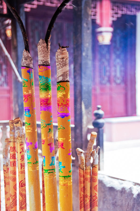 五颜六色的灼烧的香火黏附在白色云彩道士寺庙 免版税图库摄影