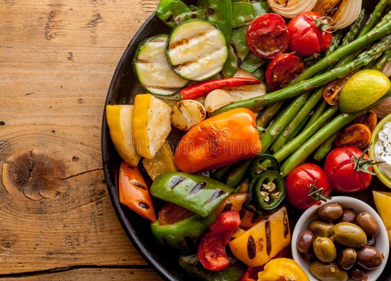 五颜六色的烤菜和橄榄在铁平底锅 免版税库存图片