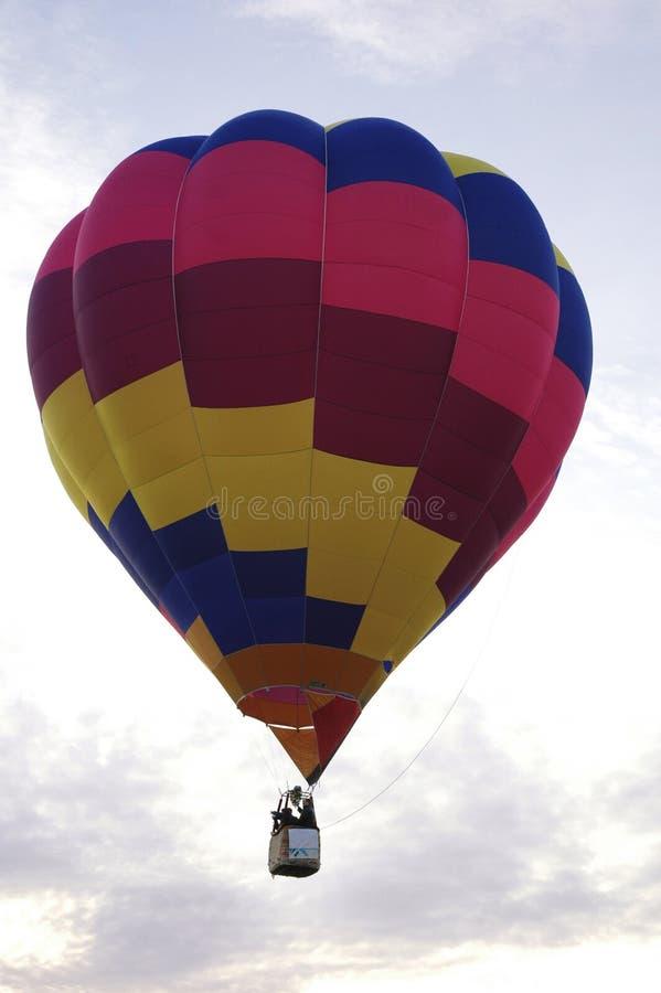 五颜六色的热空气气球在天空中,明亮的早晨天空 免版税库存照片