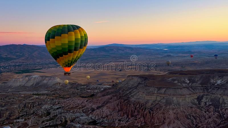 五颜六色的热空气气球高昂在谷在日出 卡帕多细亚,土耳其,秋天 免版税库存照片