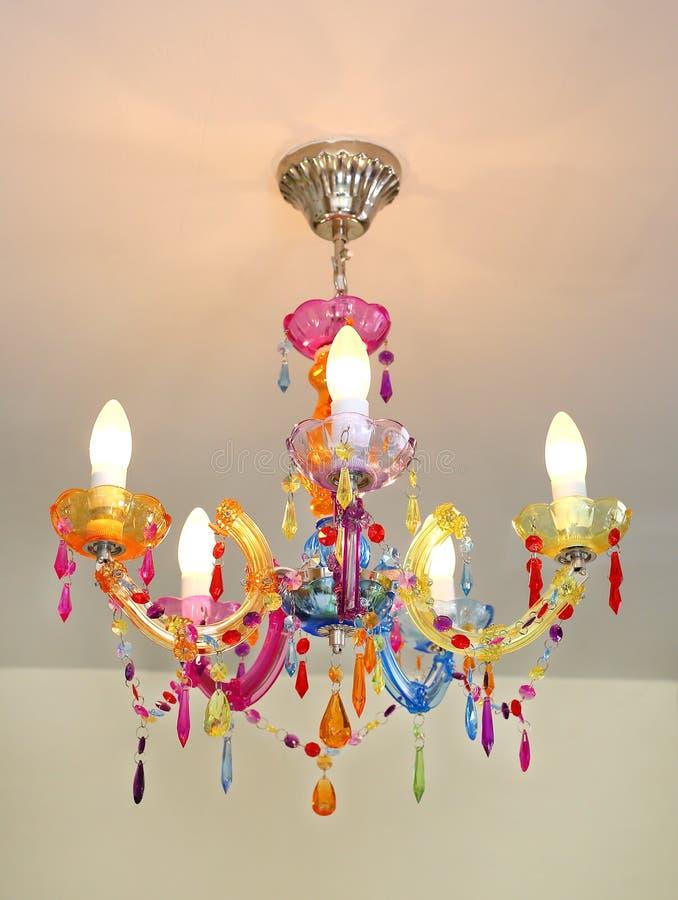五颜六色的照明设备装饰,水晶枝形吊灯 图库摄影