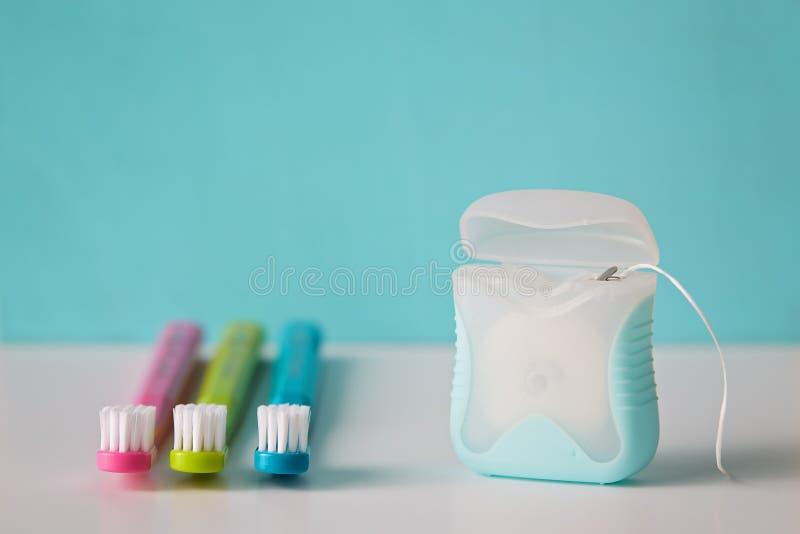 五颜六色的牙刷和牙线 免版税库存图片