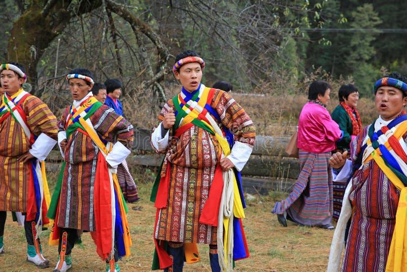 五颜六色的牦牛节日参加者在地方不丹村庄 库存图片