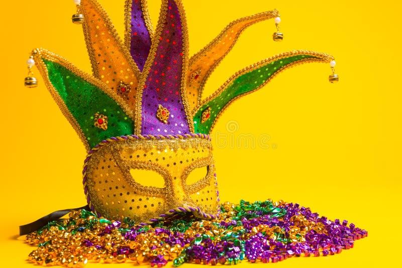 五颜六色的狂欢节或威尼斯式面具在黄色 库存图片