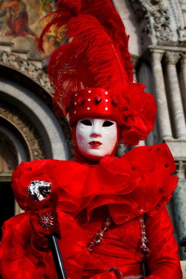 五颜六色的狂欢节红色面具和服装在传统节日在威尼斯,意大利 免版税库存图片