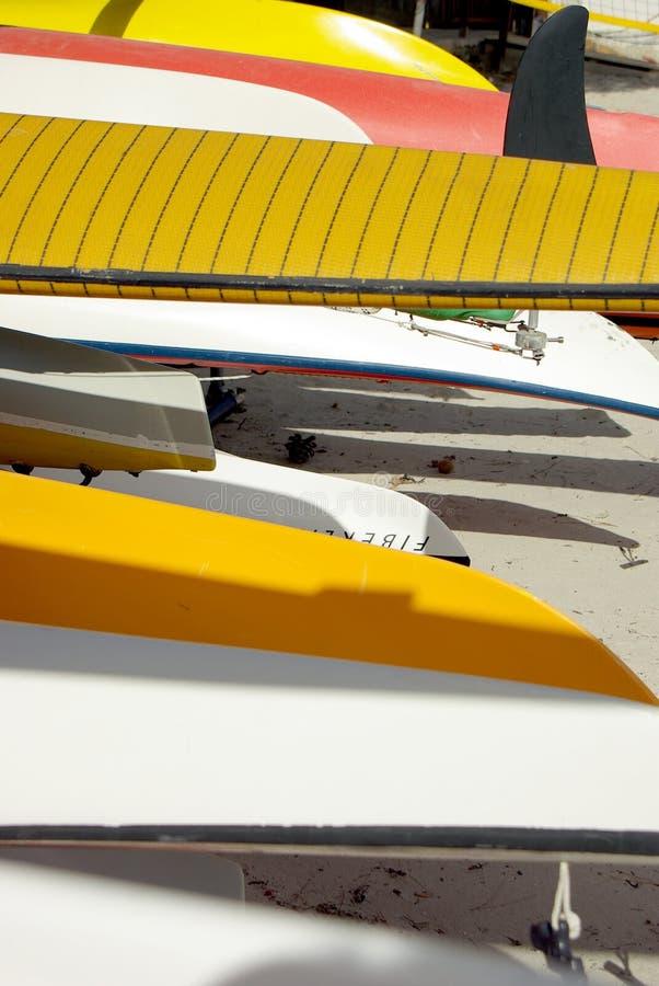 五颜六色的独木舟和风帆冲浪船身 库存照片