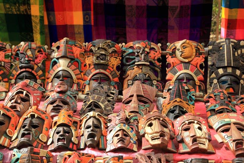 五颜六色的玛雅屏蔽印第安文化在密林 免版税库存照片