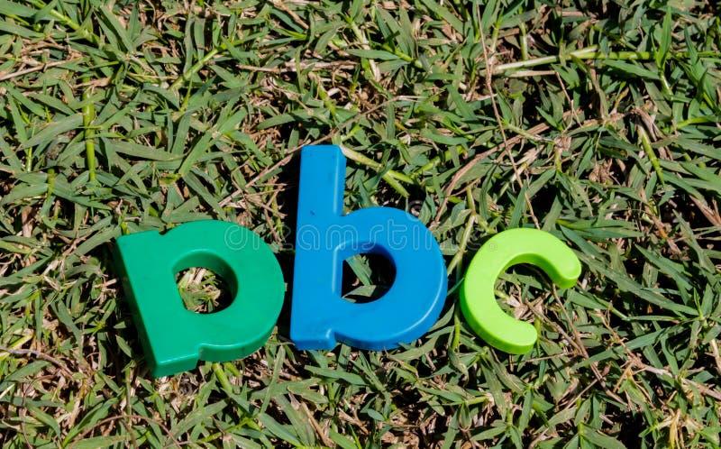 五颜六色的玩具在字母表上写字按顺序ABC 库存图片