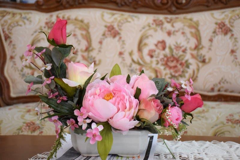五颜六色的玫瑰花在会议室 图库摄影