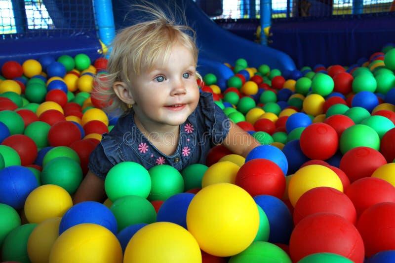 五颜六色的球的女孩 库存图片
