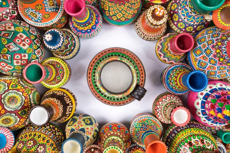 五颜六色的瓦器花瓶在圈子变紧密在唯一花瓶附近 免版税库存照片