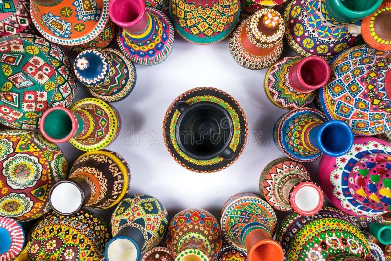 五颜六色的瓦器花瓶在圈子变紧密在唯一花瓶附近 免版税图库摄影