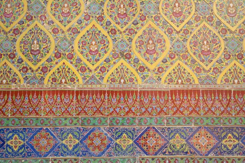 五颜六色的瓦片,从寺庙的古老墙壁在Wat Rajabopit曼谷 免版税库存图片