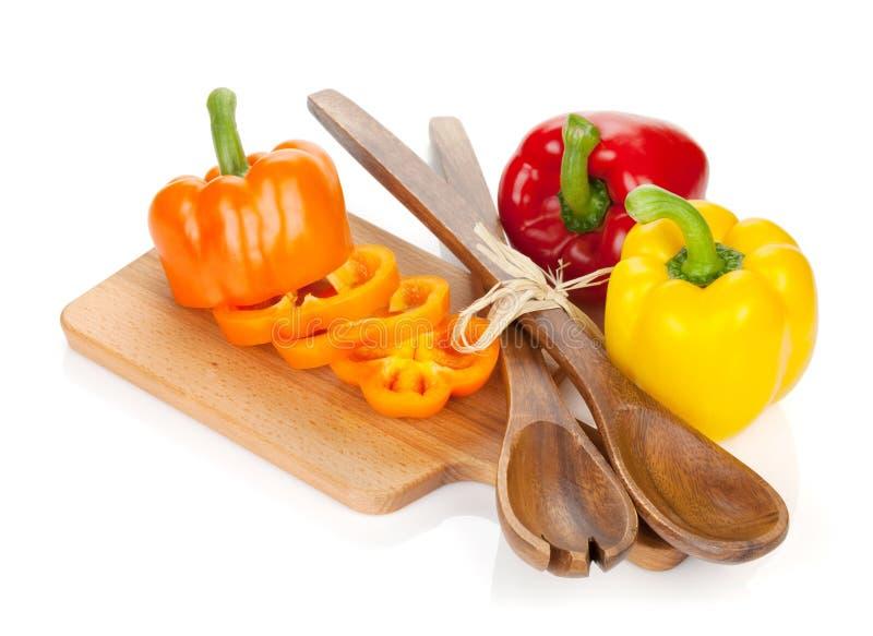 五颜六色的甜椒和厨房器物 库存照片
