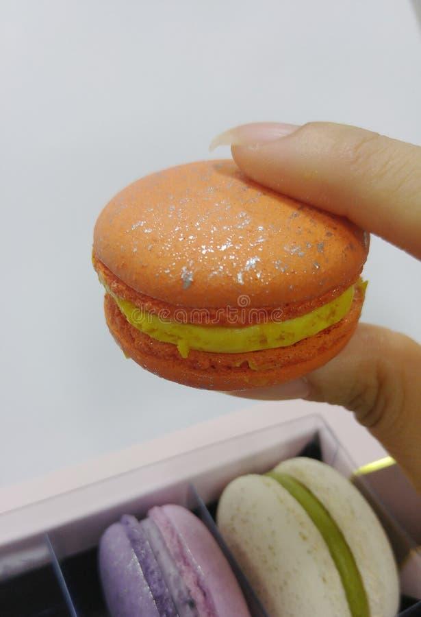五颜六色的甜蛋白杏仁饼干在亚洲手上 库存照片
