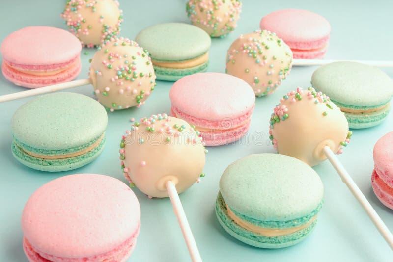 五颜六色的甜蛋白杏仁饼干特写镜头与蛋糕面包屑混合了 库存照片