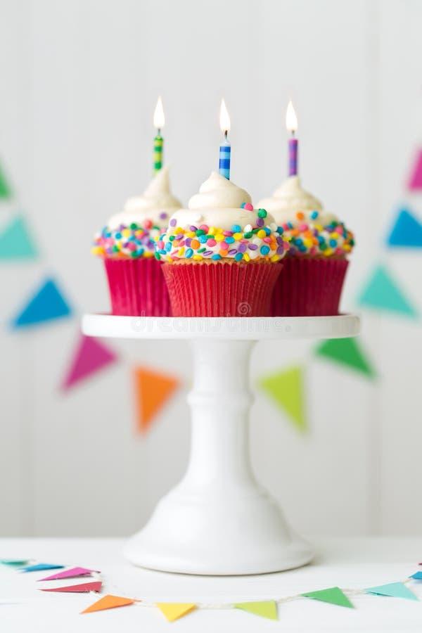 五颜六色的生日杯形蛋糕 免版税库存照片