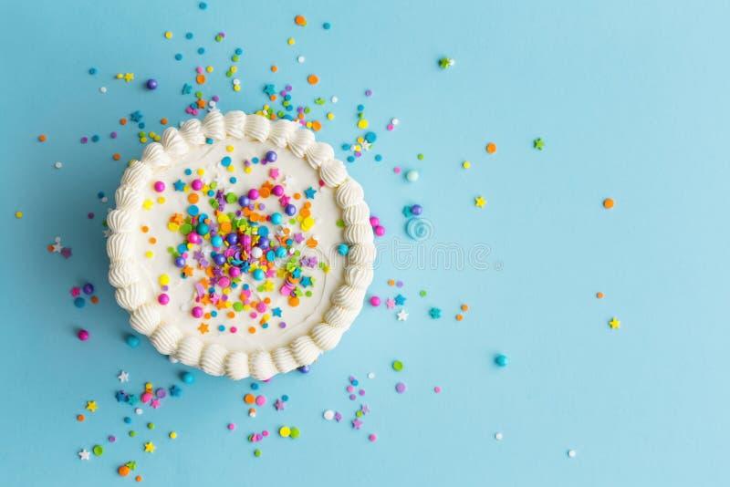 五颜六色的生日蛋糕顶视图 免版税库存照片