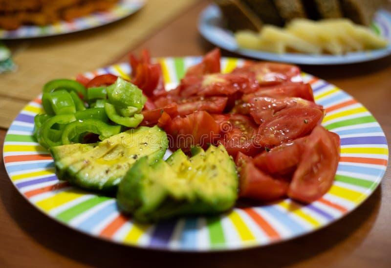 五颜六色的生菜盘用蕃茄和鲕梨 免版税图库摄影