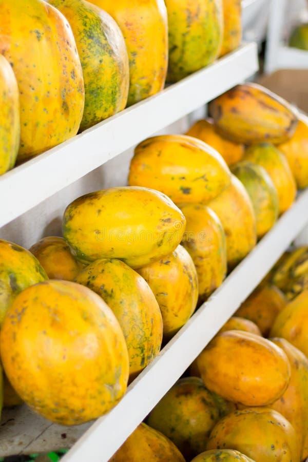 五颜六色的番木瓜蔬菜和水果,市场秘鲁。 免版税库存照片