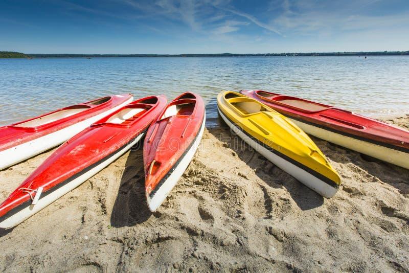 五颜六色的皮船停泊了湖岸, Goldopiwo湖, Mazury,波尔布特 免版税库存照片