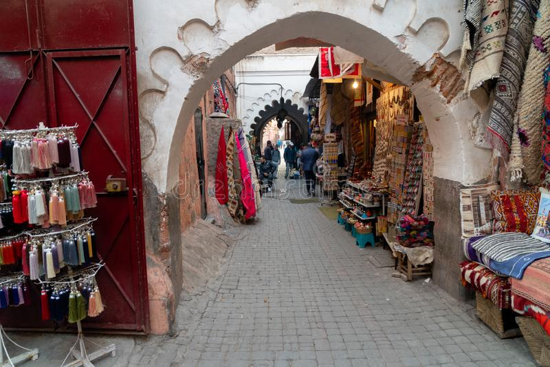 五颜六色的盘纪念品待售在一家商店在摩洛哥 库存图片