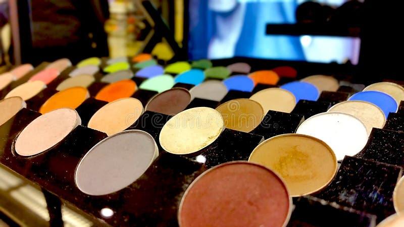 五颜六色的眼影调色板 构成背景 库存图片
