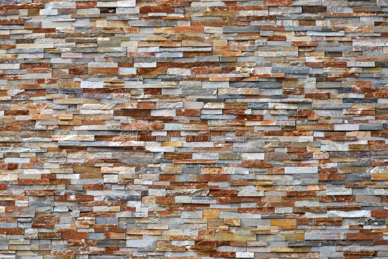 五颜六色的石块墙 免版税库存照片