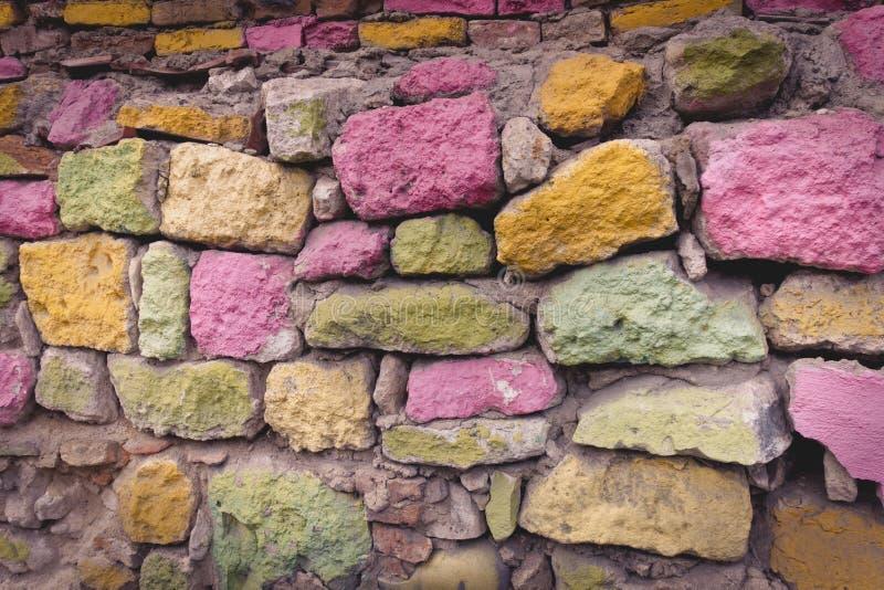 五颜六色的石墙纹理背景 免版税库存照片