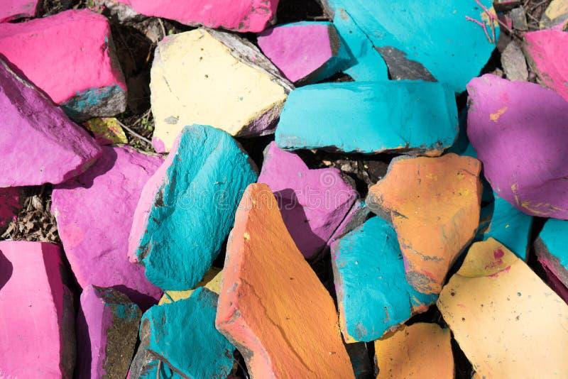 五颜六色的石头背景 岩石的明亮的颜色 蓝色,桔子,粉色背景 免版税库存图片