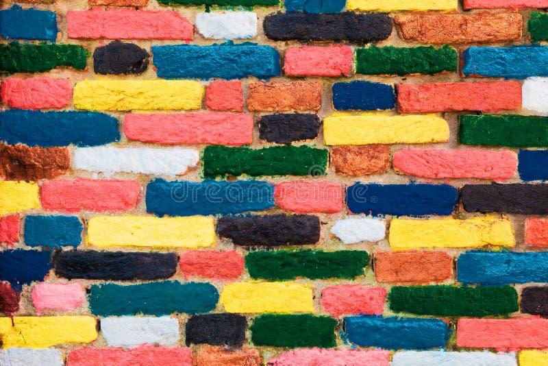 五颜六色的砖墙。独特的背景 免版税库存图片
