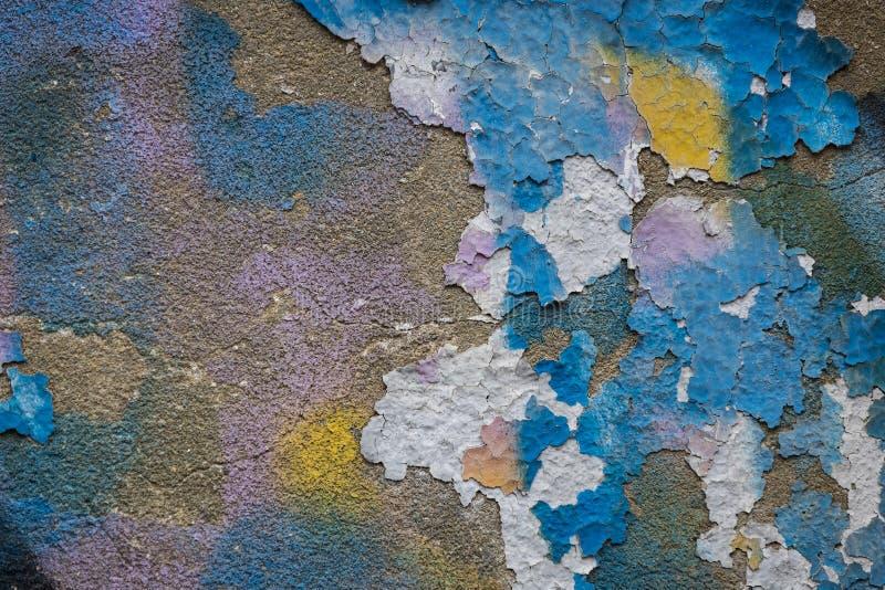 五颜六色的破裂的油漆背景在墙壁上绘了被绘 图库摄影
