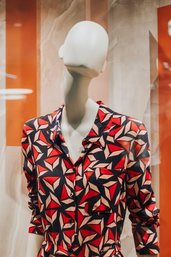五颜六色的礼服特写镜头在时装模特的在妇女时尚商店 免版税库存照片