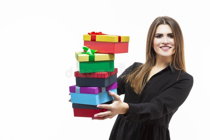 五颜六色的礼物盒愉快的白种人深色的女孩藏品堆画象包裹与丝带 库存图片