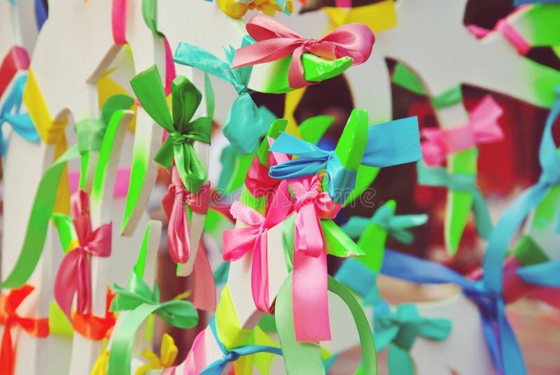 五颜六色的祷告丝带被栓对愿望树,另外颜色代表另外希望 免版税库存图片