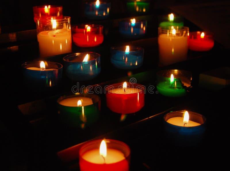 五颜六色的祷告蜡烛 免版税图库摄影