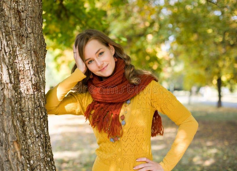 五颜六色的秋天方式女孩公园 免版税库存图片