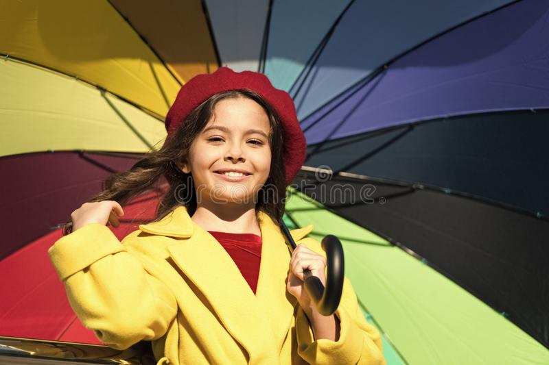 五颜六色的秋天辅助部件正面影响 方式照亮您的秋天心情 女孩儿童长发准备好集会秋天天气 免版税库存照片