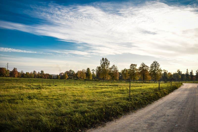 五颜六色的秋天风景在晴天 免版税库存照片