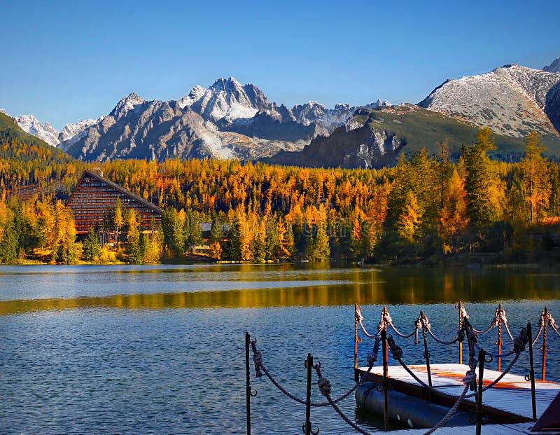 五颜六色的秋天风景,在湖的反射,山风景 免版税库存照片