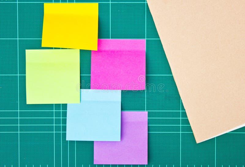 五颜六色的稠粘的笔记和笔记本。 免版税图库摄影