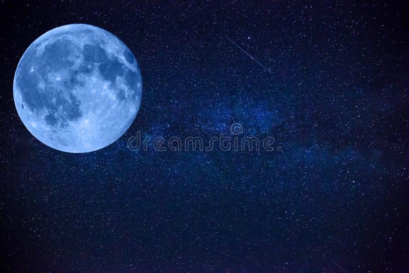 五颜六色的空间射击了显示宇宙与星的银河星系,大美丽的月亮 免版税库存图片
