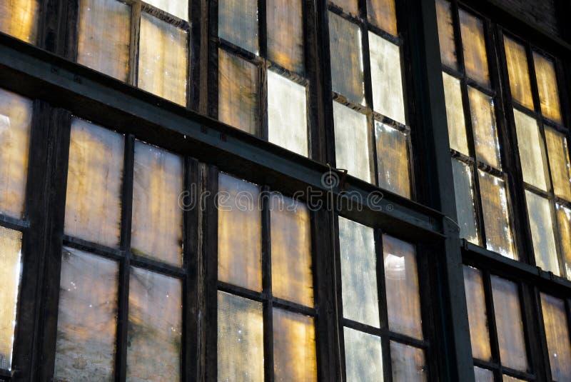 五颜六色的窗口在被放弃的工厂 免版税库存照片