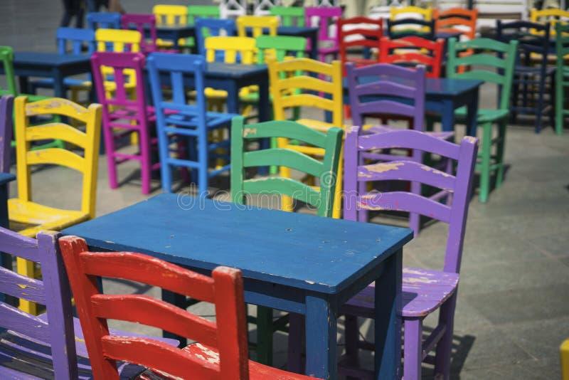 五颜六色的椅子和桌 免版税库存照片
