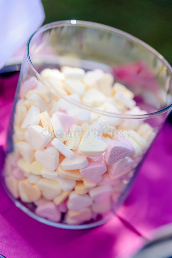 五颜六色的糖果交谈心脏 免版税库存照片