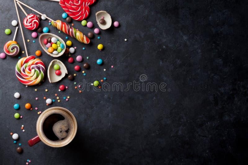 Download 五颜六色的糖果和咖啡杯 库存照片. 图片 包括有 杯子, 颜色, 巧克力, 缓和, 食物, bonder - 72361560