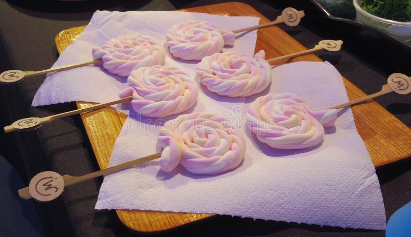 五颜六色的糖果在桌上安排待售 库存照片