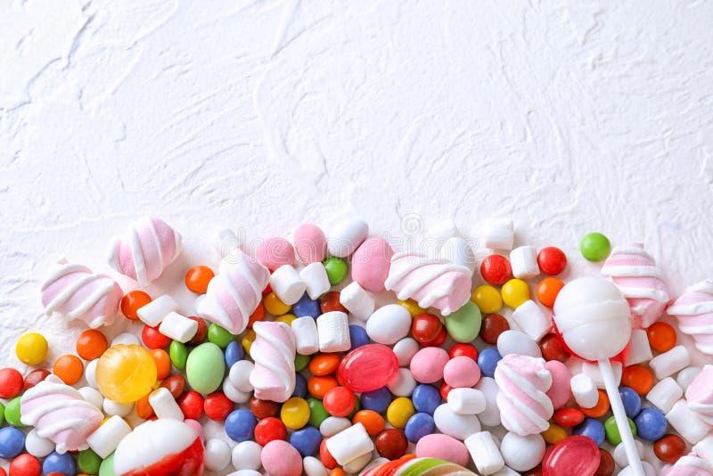 五颜六色的糖果用在轻的织地不很细背景的蛋白软糖 免版税图库摄影
