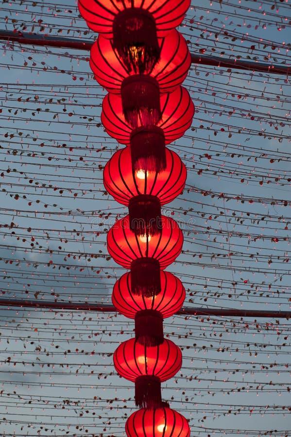 五颜六色的红色中国灯笼发光新年 免版税库存照片